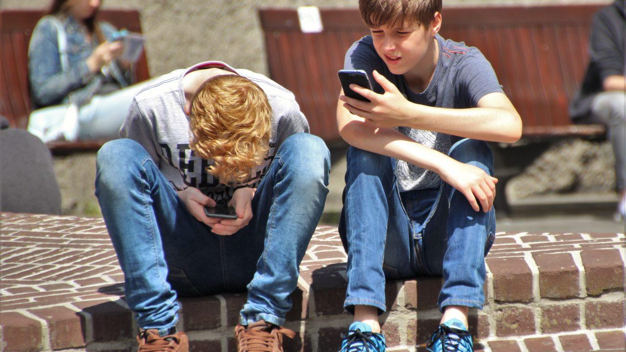 https://aktivdata.dk/wp-content/uploads/2018/09/boys-cellphones-children-159395-1280x720.jpg
