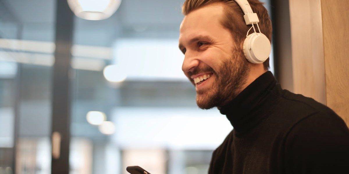 Spænding og smil i ørerne: De bedste podcasts