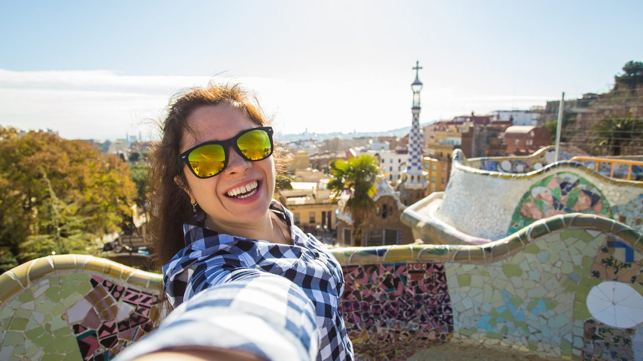 https://aktivdata.dk/wp-content/uploads/2019/05/young-woman-making-selfie-in-park-guell-barcelona-PLMD6KJ-1280x720.jpg