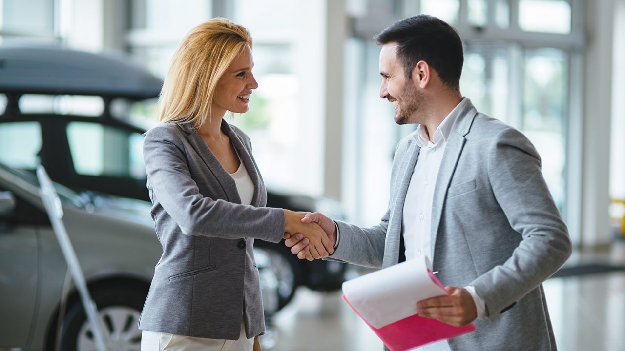 https://aktivdata.dk/wp-content/uploads/2019/06/handsome-salesman-at-car-dealership-selling-J9F7DRB-1280x720.jpg